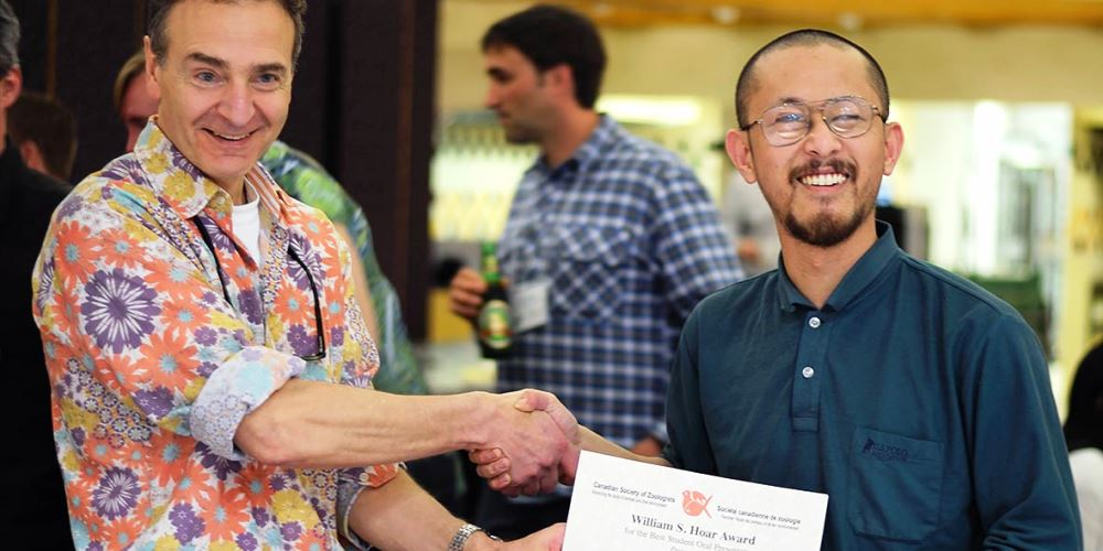 Steve Perry, doyen de la Faculté des sciences, félicite Yusuke Kumai