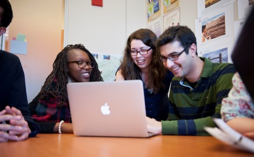 A groupe of students looking a computer