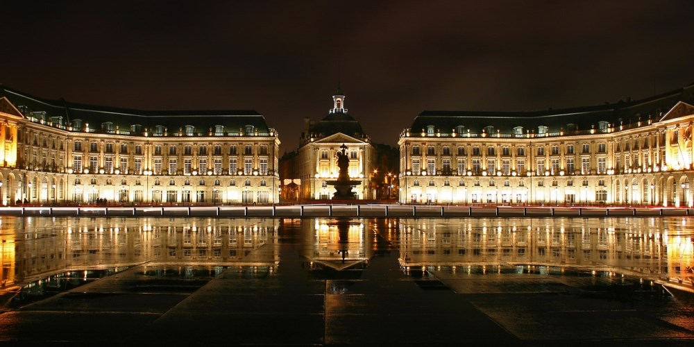 Photo of the city of Bordeaux by night