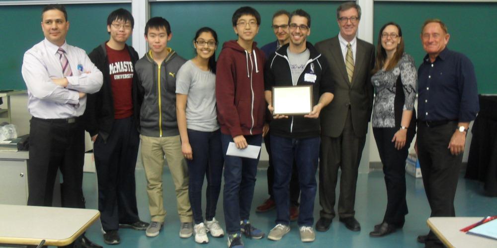 Photo du Maire d'Ottawa Jim Watson avec les mathlètes