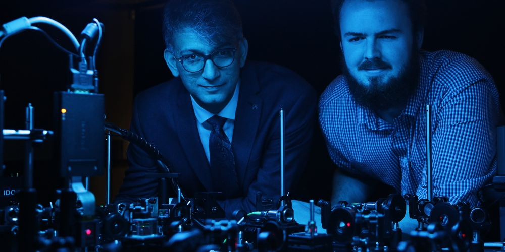 Photo of Professor Ebrahim Karimi, a member of uOttawa's Department of Physics and holder of the Canada Research Chair in Structured Light, and doctoral student Frédéric Bouchard
