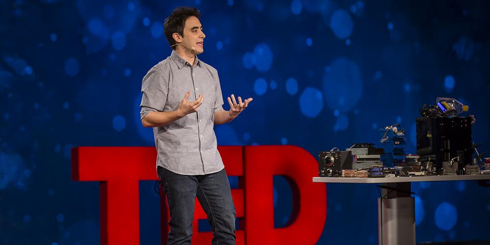 Photo de Andrew Pelling lors de sa conférence TED