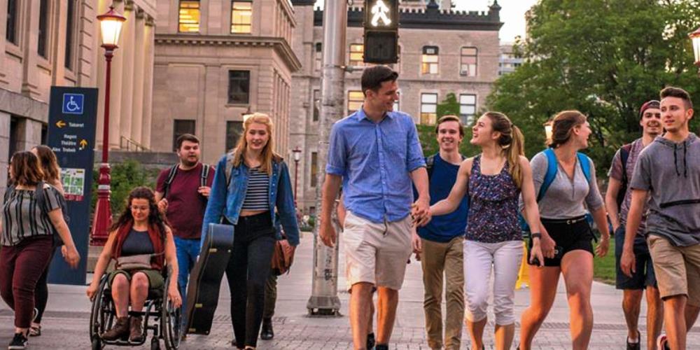Étudiants traverssant une rue