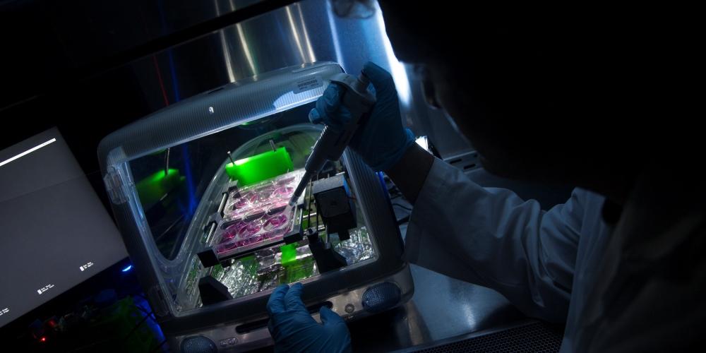 Physicien travaillant dans un laboratoire