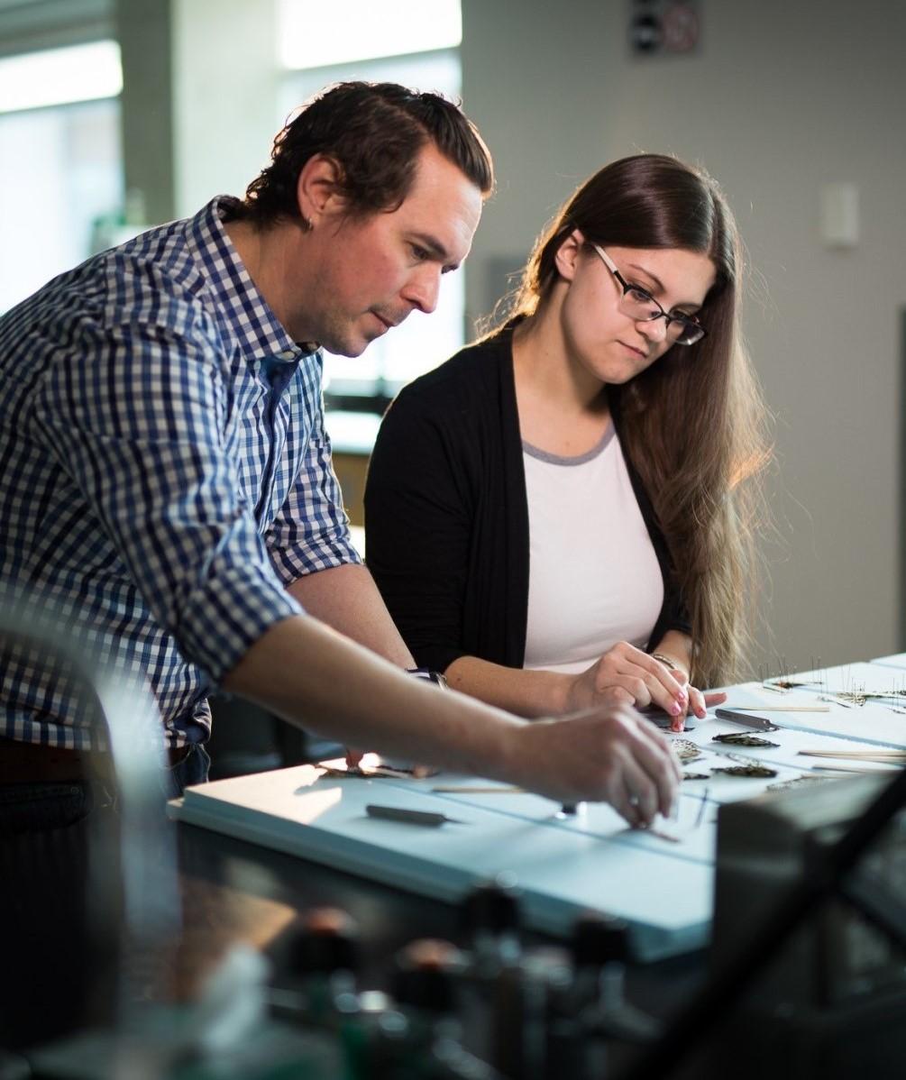 Le professeur Adam Brown travaillant avec une étudiante diplômée dans un laboratoire