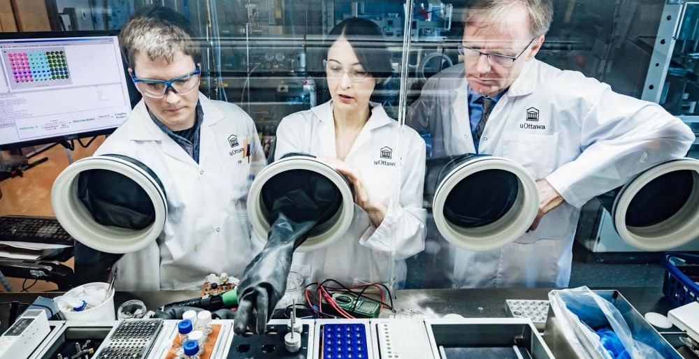 Mike Organ travaillant dans un laboratoire