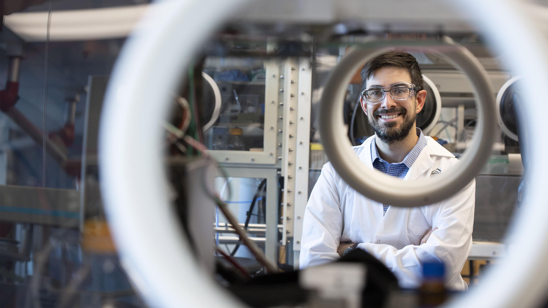 Stephen Newman vu à travers une fenêtre de laboratoire