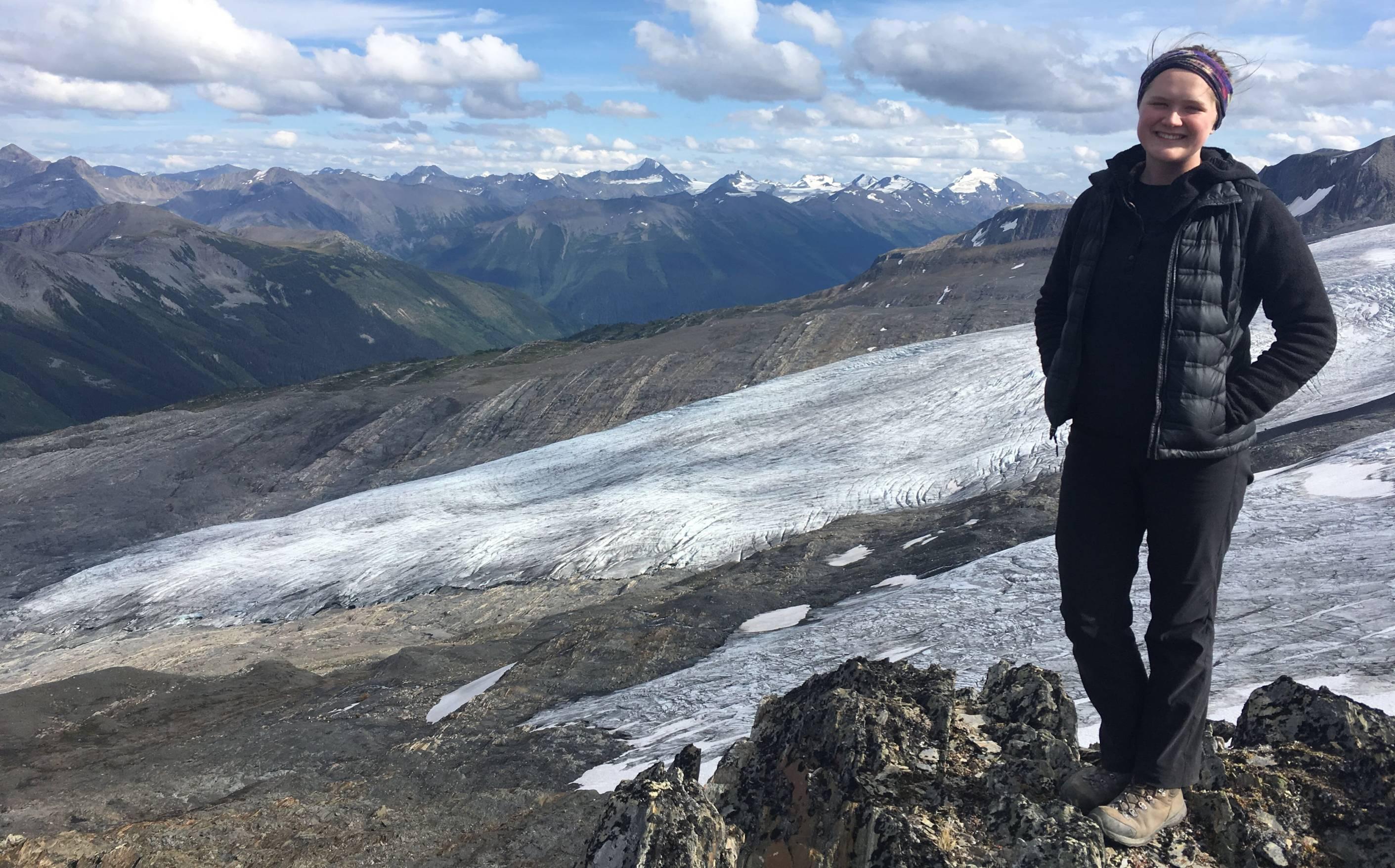 L'étudiante se tient devant les montagnes de neige