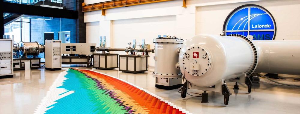À l'intérieur d'un laboratoire montrant un spectromètre de masse accélérateur